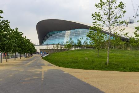 piscina olimpica: Londres, Inglaterra - 27 de mayo, 2016: Vista del centro de Londres Aquatics, un antiguo lugar de los Juegos Olímpicos con piscinas para natación y buceo, en la zona de Stratford en Londres, Inglaterra. Editorial