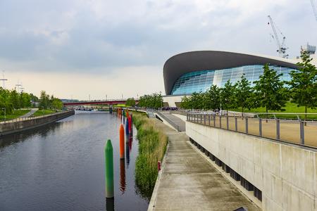 piscina olimpica: Londres, Inglaterra - 27 de mayo, 2016: Vista del centro de Londres Aquatics, un antiguo lugar de los Juegos Ol�mpicos con piscinas para nataci�n y buceo, en la zona de Stratford en Londres, Inglaterra. Editorial
