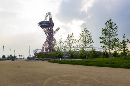 런던, 영국 -2006 년 5 월 27 일 : ArcelorMittal 궤도 관측 타워와 런던, 영국에서 여왕 엘리자베스 올림픽 공원에서 올림픽 경기장.