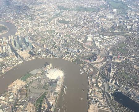テムズ川と O2 アリーナでロンドンの空中景色は。