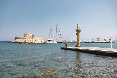 Rhodos, Griechenland - 4. August 2018: Blick auf den berühmten Koloss von Rhodos im Hafen der Stadt.