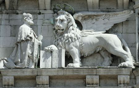 winged lion: decoraci�n de le�n alado en el Palacio Ducal de Venecia, Italia  Foto de archivo