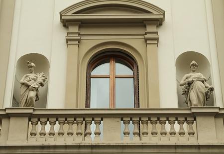 stucco facade: finestra elegante e balcone incorniciata con decorazione artistica sul palazzo storico di Firenze, Italia