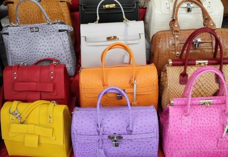 avestruz: colecci�n de bolsos de mano cuero elegante colorido, Italia
