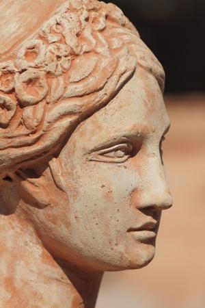 rostro de mujer de perfil: Perfil de rostro de mujer hermosa terracota, Italia