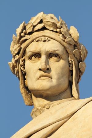 humanismo: cabeza de Dante Alighieri, poeta italiano, detalle del monumento de mármol en Piazza Santa Croce, Florencia, Italia Editorial