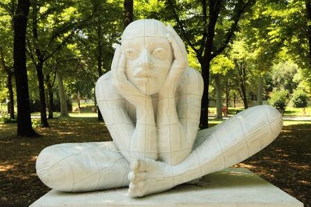 ser humano: FLORENCIA - 7 de julio: Escultura Implose Lettere por Rabarama artista italiano durante la exposici�n ANTICOnforme el 7 de julio de 2011 en Florencia. Rabarama trabaja sobre las relaciones entre el ser humano y su corporalidad