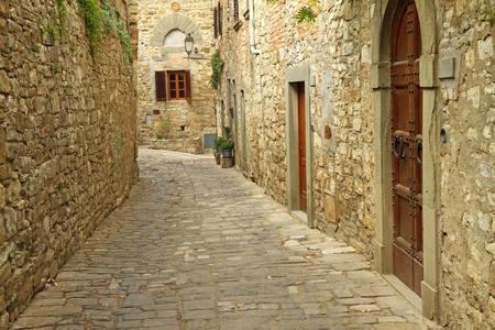 zpevněné: úzké dlážděné ulice a kamenné zdi v italské vesnici, Montefioralle, Toskánsko, Itálie, Evropa