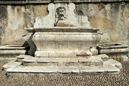 source d eau: antique en marbre rue source boire de l'eau, Riva del Garda, Italie, Europe