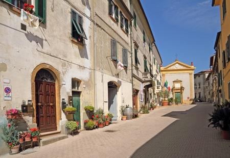 vintage: straat in italiaanse oude dorp Montescudaio, Toscane, Europa