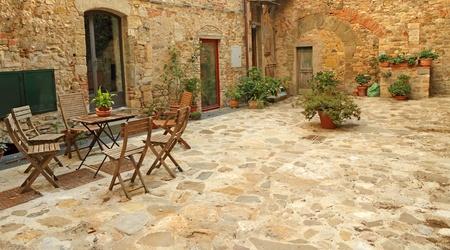 patio furniture: terrazza pavimentata rustico in Toscana, Italia, Europa