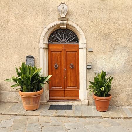 puertas antiguas: puerta elegante de la casa de la Toscana, Italia
