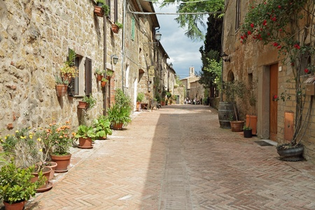 empedrado: calle pavimentada con ladrillos en el viejo italiano borgo Sovana en Toscana, Italia, Europa