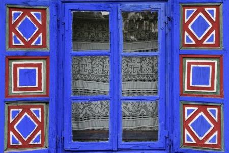 ventanas abiertas: país ventana con persianas pintadas de vivos museo al aire libre, National Village Museum (Muzeul Satului) en Bucarest, Rumania, Europa