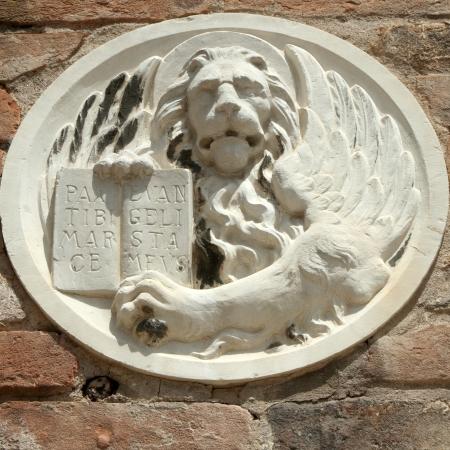 leon con alas: león veneciano relieve sobre muro de ladrillo, Venecia, Véneto, Italia, Europa