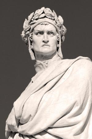 humanismo: estatua de mármol de Dante Alighieri, La Divina Comedia es la mayor obra literaria en la lengua italiana y la obra maestra de la literatura mundial, la Piazza di Santa Croce, Florencia, Toscana, Italia