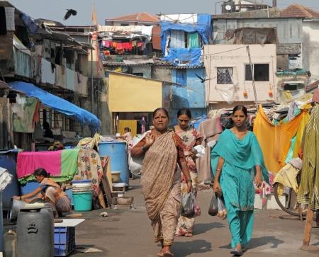 MUMBAI, Indien hat-NOV 27 Frauen im Bezirk Slums am November 27,2010 in Mumbai Wachstum der städtischen Bevölkerung in einem großen Teil der Bevölkerung in bitterer Armut in den überfüllten Slums führte Standard-Bild - 16605284