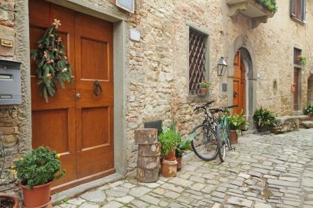 empedrado: hermoso rincón en el pueblo de Montefioralle cerca de Greve in Chianti, Toscana, Italia, Europa