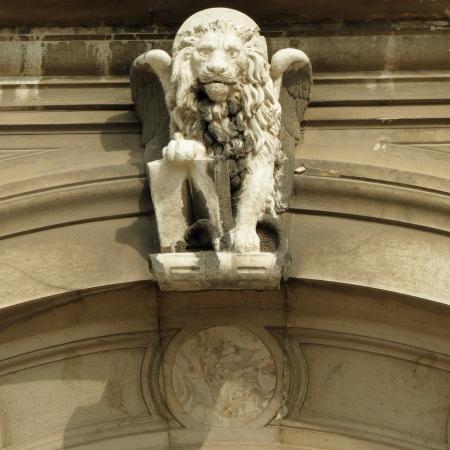 leon con alas: detalle de la fachada ornamental antiguo león veneciano con figura, Venecia, Italia