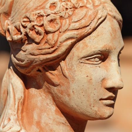 perfil de mujer rostro: Detalle de la escultura de arcilla cl�sico con el perfil de rostro femenino, Toscana