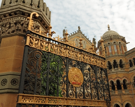 terminus: puerta de la terminal de Chhatrapati Shivaji, antigua Estaci�n Victoria, Bombay, Maharashtra, India