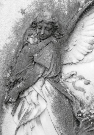 angel de la guarda: niño en brazos de ángeles, antiguo bajorrelieve en cementerio de Italia, Europa