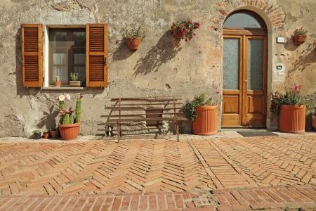 empedrado: bonita entrada a la casa de la Toscana, Sovana, Toscana, Italia, Europa