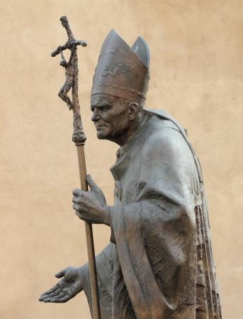 autoridad: Estatua del Papa Juan Pablo II por Zemla (Beato Juan Pablo o Juan Pablo Magno, Papa Giovanni Paolo II, Karol Jozef Wojtyla) de Wawel en Cracovia, Malopolska, Polonia, Europa Foto de archivo