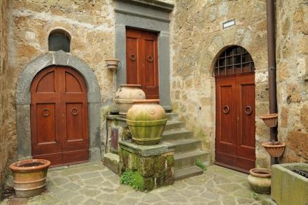 arcos de piedra: tres puertas antiguas en el pueblo italiano Civita di Bagnoregio, provincia de Viterbo, Lazio, Italia, Europa