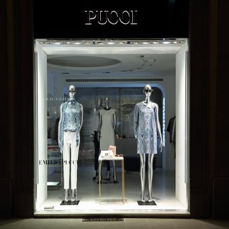 synoniem: FLORENCE - juni 7 Emilio Pucci boetiek in Florence op Tornabuoni straat op juni 7,2013 Emilio Pucci en zijn bedrijf zijn synoniem met geometrische prints in een caleidoscoop van kleuren