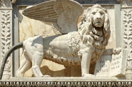 leon con alas: león alado labrado en la fachada del edificio Scuola Grande di San Marco, ahora veneciano hospital, Venecia, Véneto, Italia, Europa