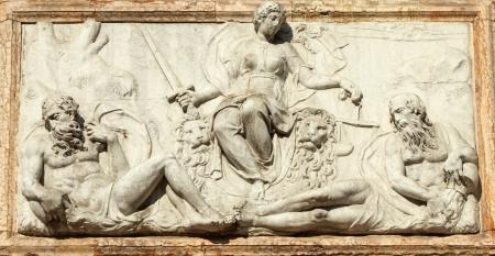 derecho romano: el alivio que representa a Venecia como Juez de la Loggetta por Jacopo Sansovino, bajo el Campanile di San Marco en Venecia, Italia, Europa