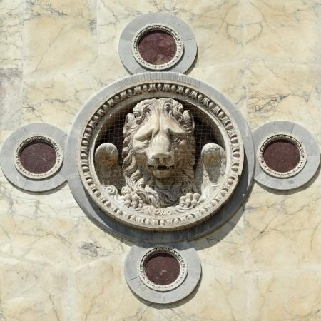 leon con alas: decoración de león alado en la fachada del edificio Scuola Grande di San Marco, hospital ahora veneciano, decoración de león alado en la fachada del edificio Scuola Grande di San Marco, hospital ahora veneciano, protegido de daños por compensación paloma, Venecia, Venet