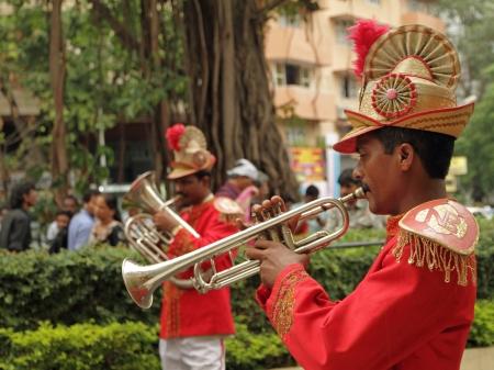 middle class: MUMBAI, INDIA, 22 de noviembre alianza de boda tradicional de músicos de la India en noviembre 22,2010 en Mumbai Se calcula que el presupuesto medio de una ceremonia de la boda india en la clase media que EE.UU. 34,000 Editorial