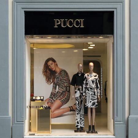 synoniem: FLORENCE - 21 maart Emilio Pucci boetiek in Florence op; luxe Tornabuoni straat maart; 21; 2014 Emilio Pucci; en zijn; bedrijf zijn synoniem met geometrische prints in een caleidoscoop van kleuren