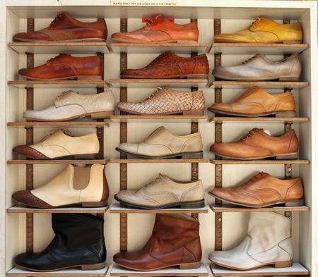 tienda de zapatos: estante de zapatos en el mercado de San Lorenxzo en Florencia, Italia