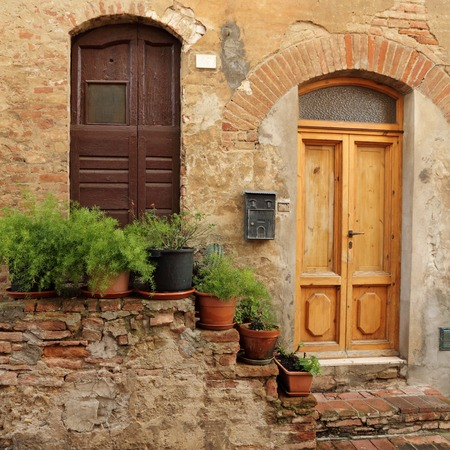 tuscan house: doorsteps decorated with flowerpots  to the tuscan house, Italy