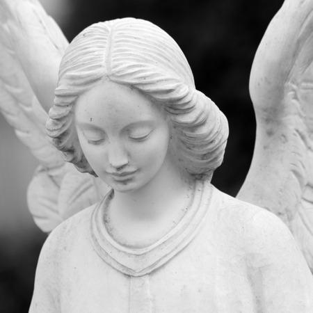 片翼の天使の彫刻のクローズ アップ 写真素材