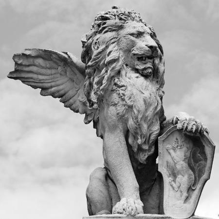 leon con alas: escultura del león veneciano aislado en el cielo, Asolo, Veneto, Italia Foto de archivo