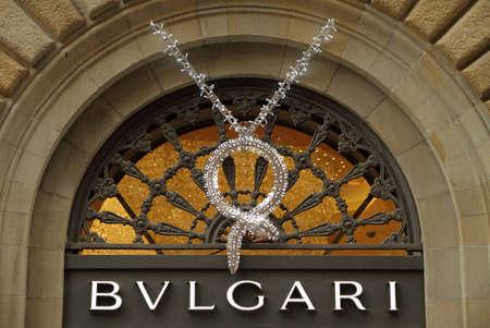 luxury goods: FLORENCIA - 09 de diciembre: Bvlgari letrero decorado para la Navidad en diciembre de 9,2013 en Florencia, Italia, Bvlgari es una marca italiana de joyas y art�culos de lujo como relojes, fragancias, accesorios y hoteles.