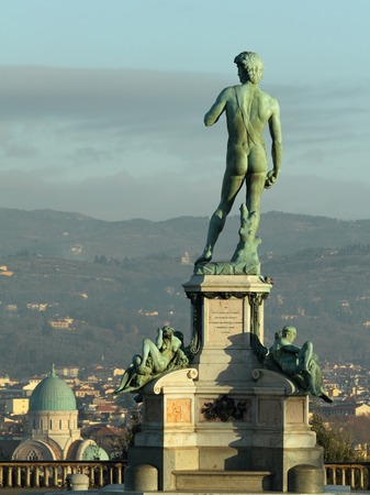 synagoge: David Statue on famous Michelangelo Square  ( italian: Piazzale Michelangelo) with Synagoge and florentine hills at the background, Tuscany, Italy
