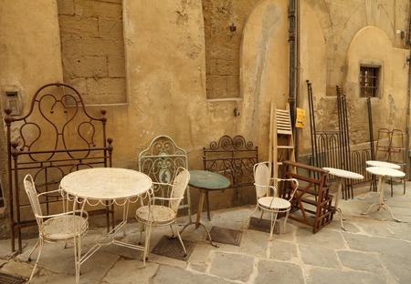 antyk: Asortyment starych mebli obiektów wyświetlanych na ulicy mody podczas słynnego Antiquity Market w mieście Arezzo, toskańskie Włochy, Europa