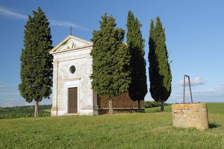 san quirico: Chapel of the Madonna di Vitaleta cappella della Madonna di Vitaleta in tuscan countryside near San Quirico dOrcia village, Italy, Europe