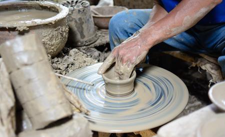 alfarero: Mano humana de alfarero de cerámica de arcilla de ruedas de cerámica artesanal
