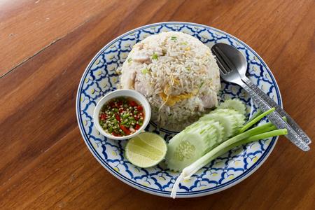comida japonesa: Comida tailandesa arroz frito con carne de cerdo en la mesa de madera. Foto de archivo