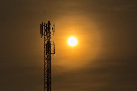 Silueta poste eléctrico a contraluz por el sol de la tarde Foto de archivo