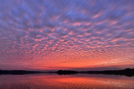 reflexion: cielo hermosa puesta de sol con nubes de colores altocumulus con la reflexión sobre el lago, natural de fondo, la textura de la foto