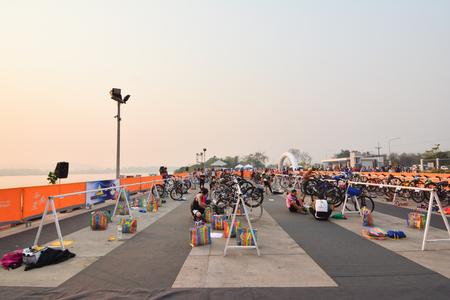 dura: CHIANG RAI,THAILAND-APR 3,2016 : Sporter prepare to ride bicycle in Golden Triangle Triathlon on April 3 ,2016 in Chiang sean district Chiang rai,Thailand. Editorial