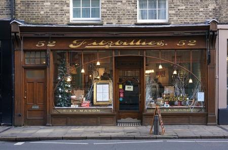 CAMBRIDGE, UK - 23 december 2015: De mensen zitten in de bekende Fitzbillies, een ambachtelijke bakkerij en cafe op Trumpington Straat in Cambridge, Engeland.