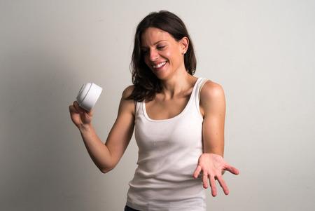 cabeza abajo: Mujer caucásica que sostiene la taza de café al revés y riendo